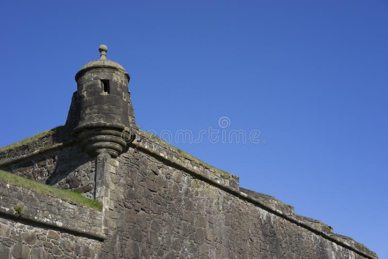 Τοίχος κουρτινών του Castle με τον πύργο γωνιών στοκ εικόνα με δικαίωμα ελεύθερης χρήσης