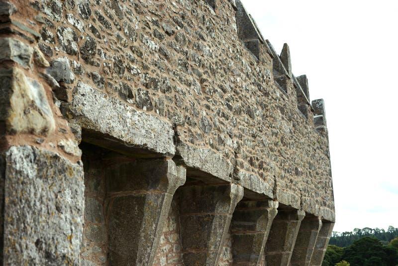 """Τοίχος κουρτινών Ï""""Î¿Ï… Castle που υποστηρίζεται από τις ωτίδες στοκ φωτογραφίες"""