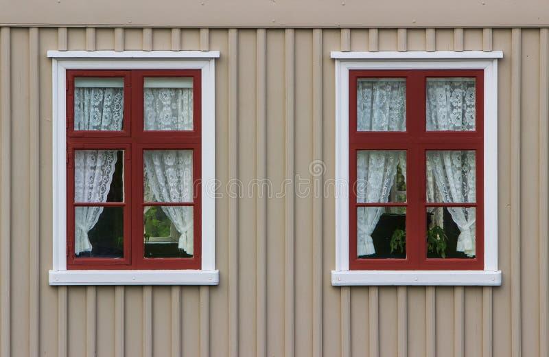 Τοίχος με τα παράθυρα και τις κουρτίνες στοκ φωτογραφία