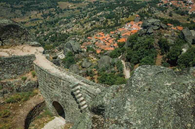 Τοίχος με την πύλη σε ένα κάστρο στη δύσκολη κορυφή υψώματος σε Monsanto στοκ φωτογραφίες