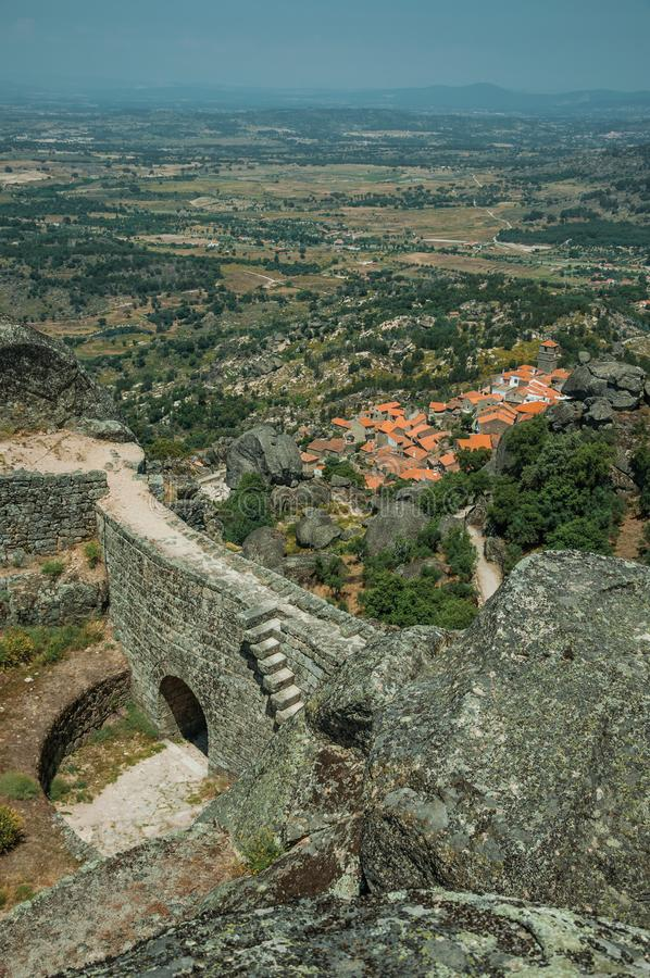 Τοίχος με την πύλη σε ένα κάστρο στη δύσκολη κορυφή υψώματος σε Monsanto στοκ εικόνα με δικαίωμα ελεύθερης χρήσης