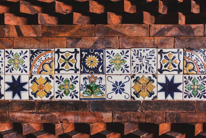 Τοίχος με το ανατολικό κεραμίδι και τη σύνθεση τούβλων στοκ φωτογραφία με δικαίωμα ελεύθερης χρήσης