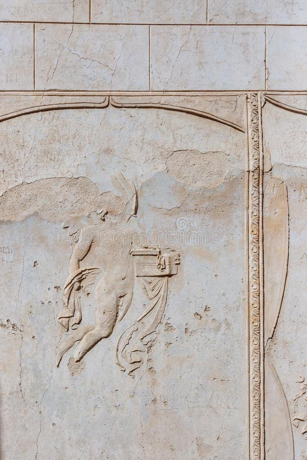 Τοίχος με το σπασμένο γλυπτό στις καταστροφές της Πομπηίας, Ιταλία στοκ φωτογραφίες με δικαίωμα ελεύθερης χρήσης
