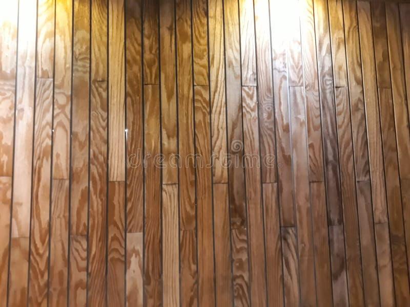 Τοίχος ντυμένος στις σανίδες ξύλου οξιών, με τις ακτίνες του φωτός που το φωτίζουν Τελειοποιήστε για τα υπόβαθρα στοκ εικόνες
