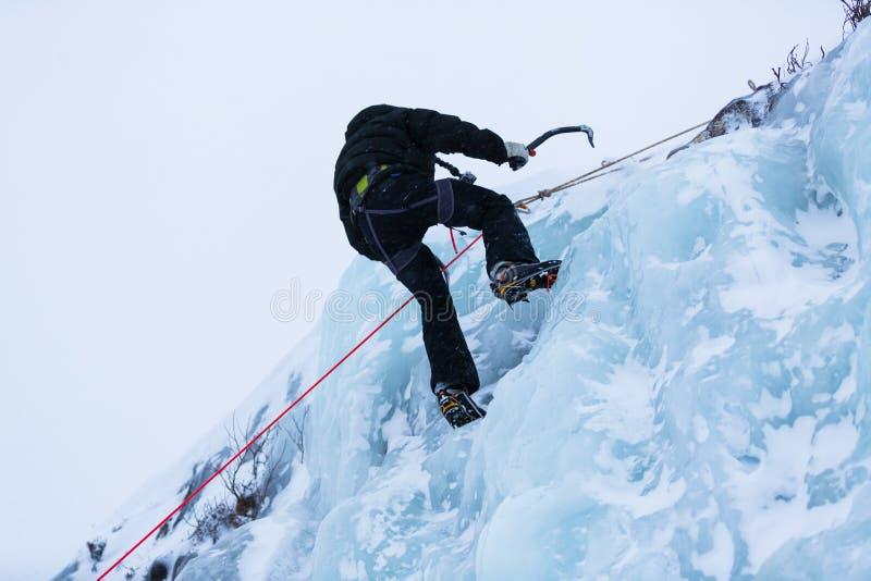 Τοίχος πάγου ξελεπιάσματος ορειβατών πάγου στοκ φωτογραφία