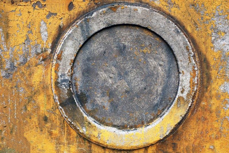τοίχος πετρών με το παλαιό κίτρινο ραγισμένο χρώμα πλαίσιο κύκλων στοκ φωτογραφία με δικαίωμα ελεύθερης χρήσης