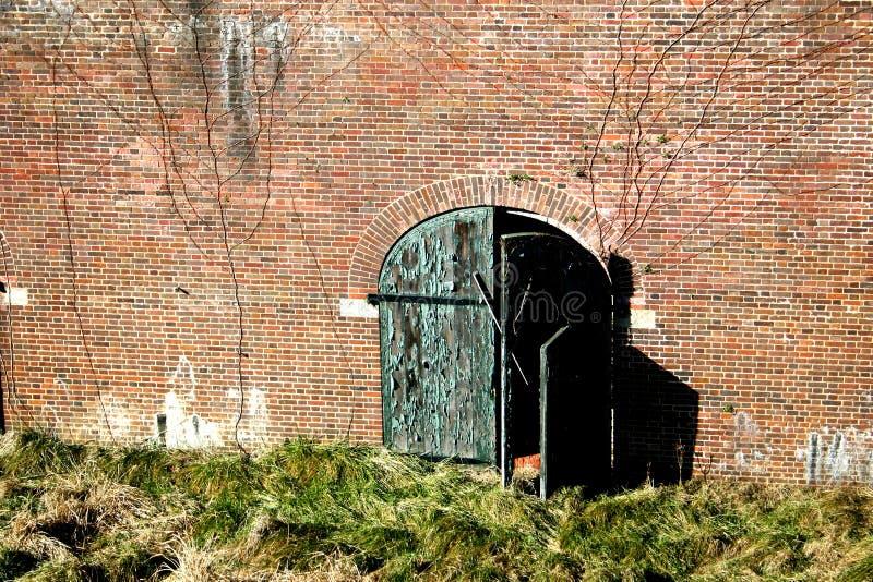 τοίχος πορτών που ξεπερν&iota Στοκ φωτογραφίες με δικαίωμα ελεύθερης χρήσης