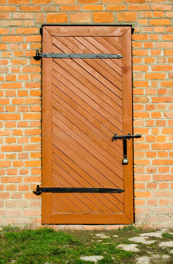 τοίχος πορτών τούβλου ξύλ&i στοκ εικόνες