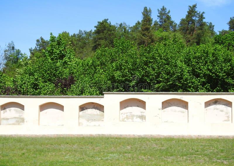 Τοίχος που πηγαίνει γύρω από την εκκλησία και τα δέντρα, Λιθουανία στοκ εικόνες με δικαίωμα ελεύθερης χρήσης