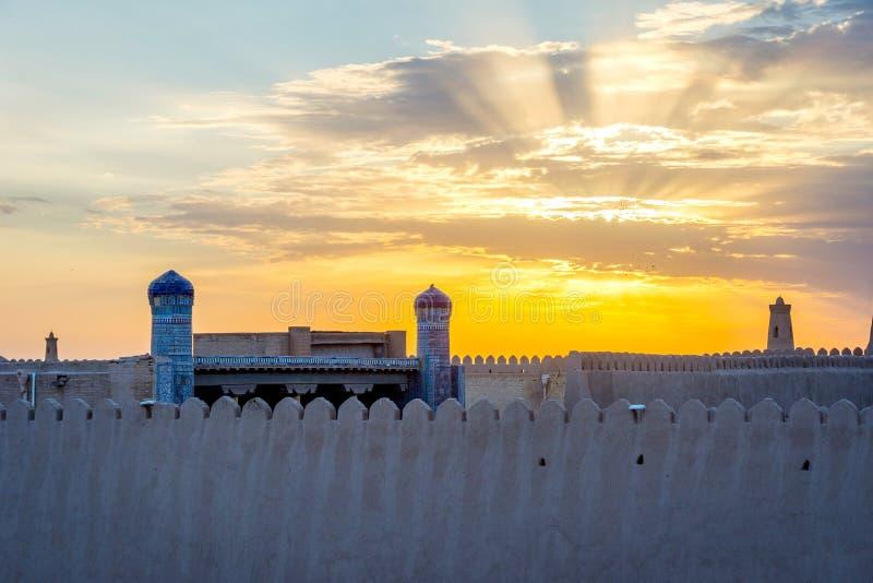 Τοίχος πόλεων Khiva στο ηλιοβασίλεμα στοκ φωτογραφίες