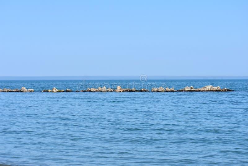 Τοίχος σπασιμάτων στον ωκεανό στοκ φωτογραφία