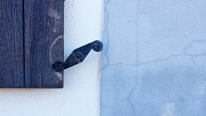 Τοίχος τεμαχίων με την παλαιά ξύλινη λεπτομέρεια παραθύρων στοκ εικόνα