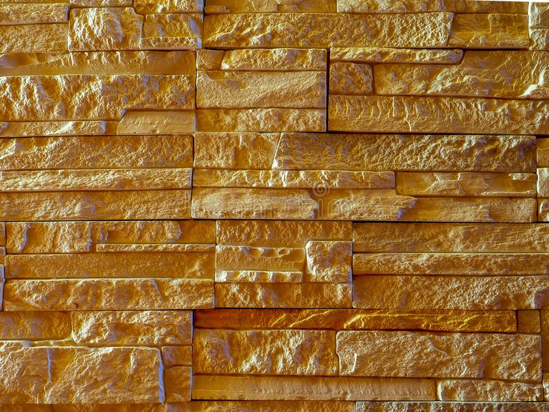 Τοίχος της ελαφριάς διακοσμητικής πέτρας κάτω από το βράχο με τις προεξοχές και τις σκιές στοκ φωτογραφία με δικαίωμα ελεύθερης χρήσης