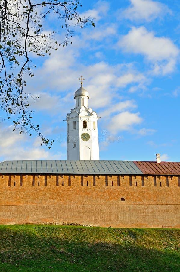 Τοίχος του Κρεμλίνου Novgorod και πύργος ρολογιών στο χρωματισμένο ηλιοβασίλεμα φθινοπώρου σε Veliky Novgorod, Ρωσία στοκ εικόνα