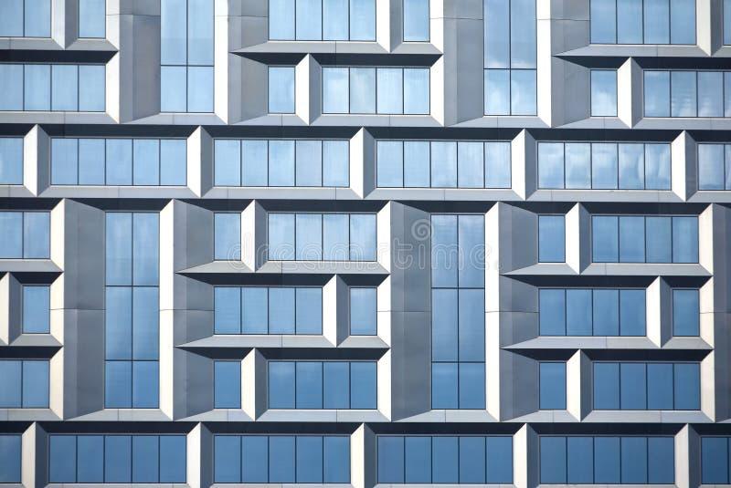 Τοίχος του σύγχρονου κτιρίου γραφείων του γυαλιού και του μετάλλου στο ύφος techno στοκ φωτογραφία με δικαίωμα ελεύθερης χρήσης