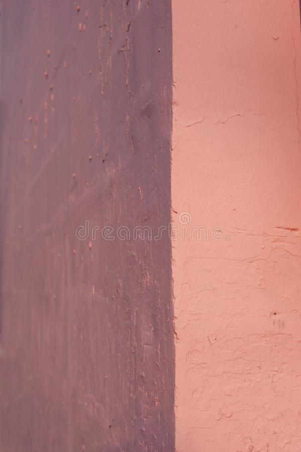 Τοίχος τσιμέντου με την τραχύτητα, τις ρωγμές και τις προσκρούσεις στοκ φωτογραφία