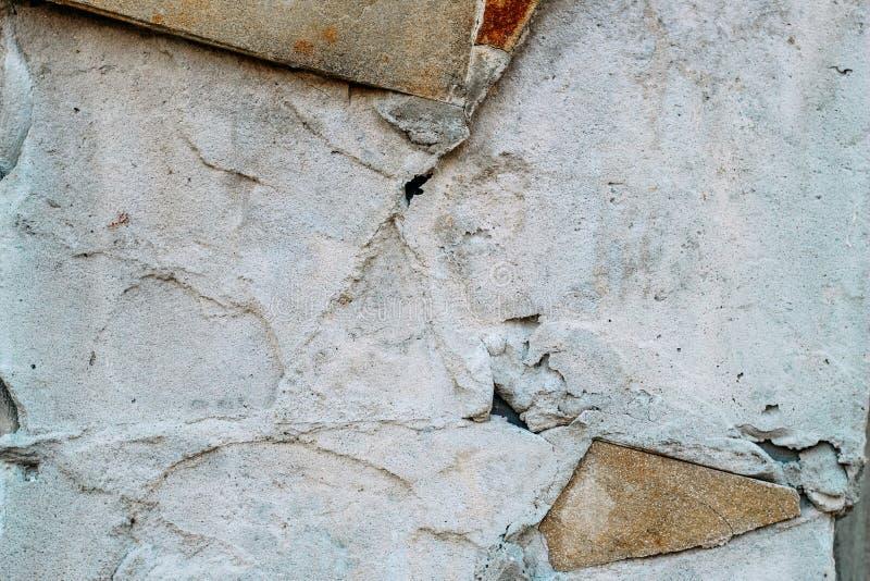 Τοίχος τσιμέντου με τις ατέλειες και τα ίχνη κεραμιδιών στοκ φωτογραφία με δικαίωμα ελεύθερης χρήσης