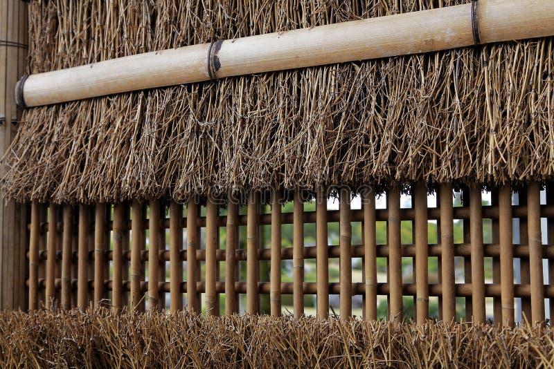 Τοίχος φρακτών Thatched και μπαμπού στοκ φωτογραφίες