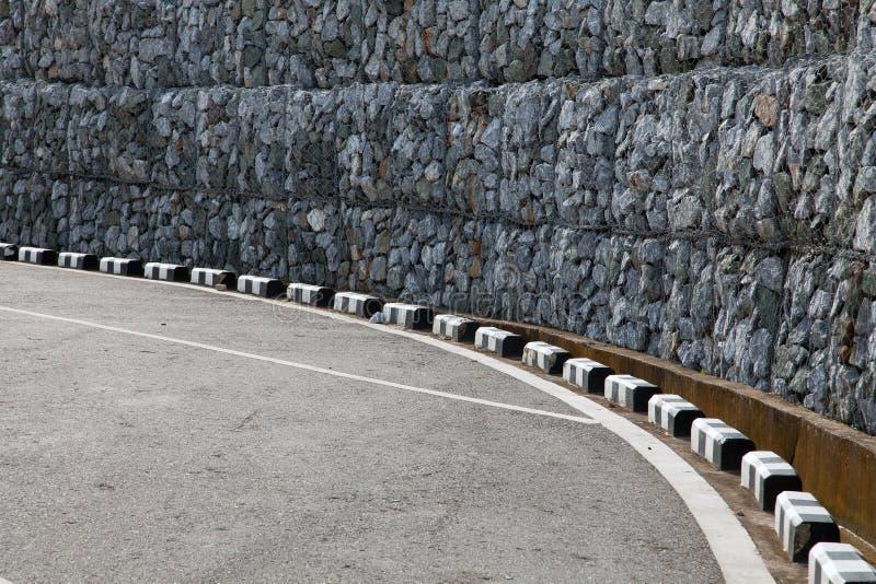 Τοίχος Gabion κοντά στο συγκεκριμένο δρόμο στοκ φωτογραφία με δικαίωμα ελεύθερης χρήσης