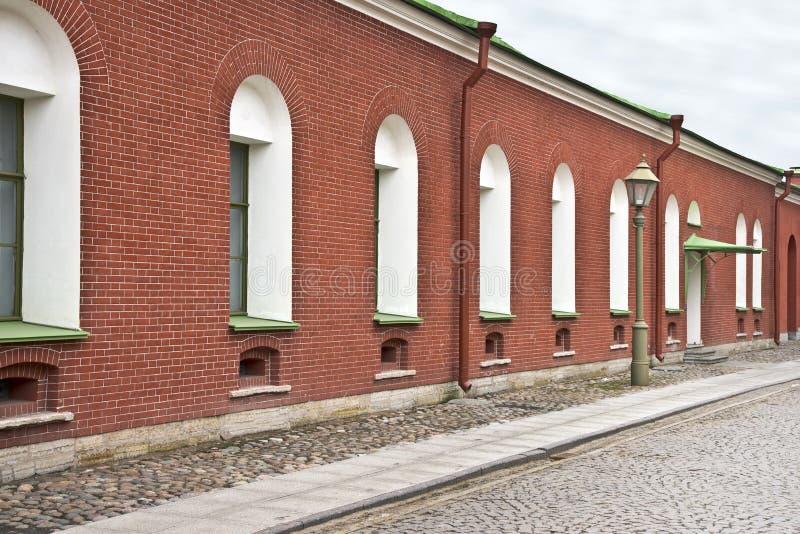 Τοίχος RAD με τα παράθυρα σε μια ήρεμη οδό στοκ εικόνα με δικαίωμα ελεύθερης χρήσης