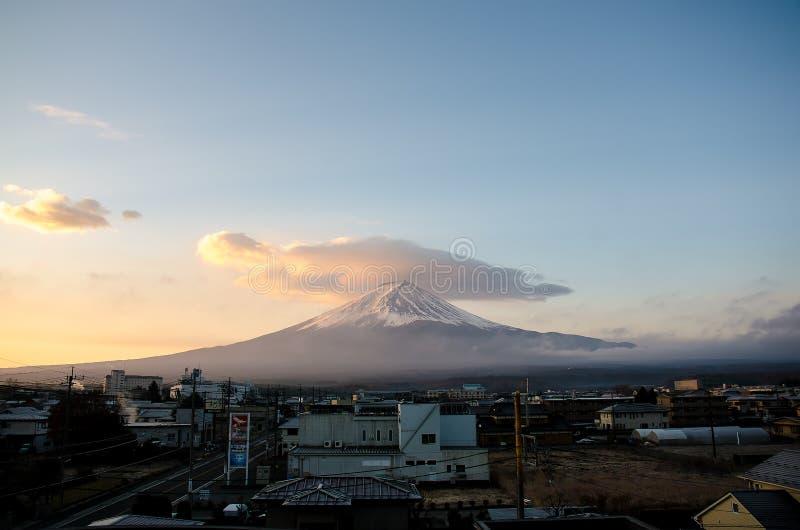 ΤΟΚΙΟ - 3 ΔΕΚΕΜΒΡΊΟΥ 2017: Κύλισμα των σύννεφων άνω της ΑΜ Φούτζι με την πόλη του kawaguchiko, Ιαπωνία στοκ φωτογραφία