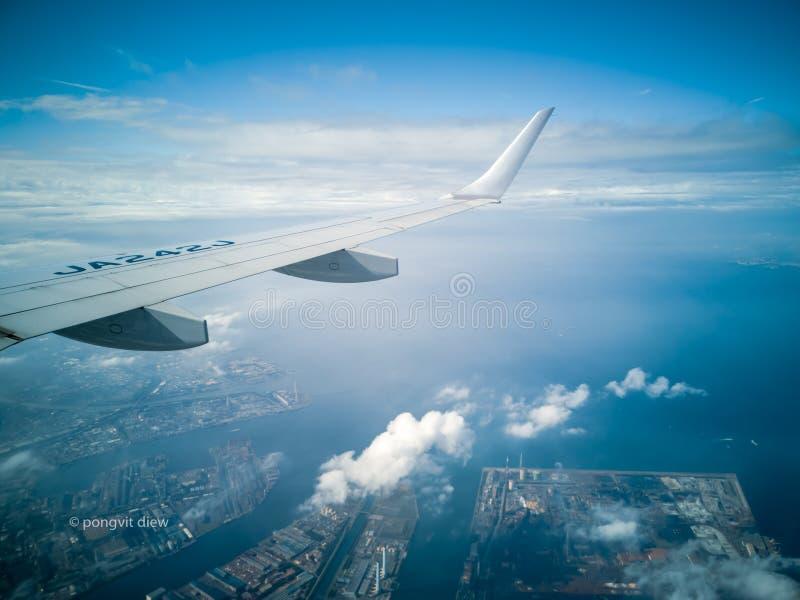 ΤΟΚΙΟ, ΙΑΠΩΝΙΑ - 5 ΝΟΕΜΒΡΊΟΥ 2018 ΑΕΡΟΓΡΑΜΜΕΣ της ANA ή αεροπλάνο της ANA στο διεθνή αερολιμένα Haneda Στον κίτρινο ουρανό ήλιων  στοκ εικόνες