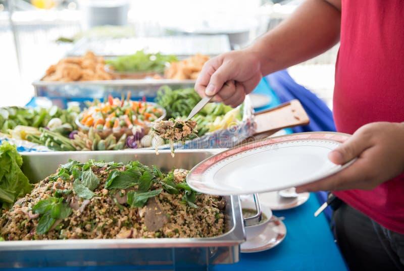 Τομέας εστιάσεως μπουφέδων τροφίμων που δειπνεί τρώγοντας το κόμμα που μοιράζεται την έννοια Οι άνθρωποι ομαδοποιούν τα τρόφιμα μ στοκ εικόνες