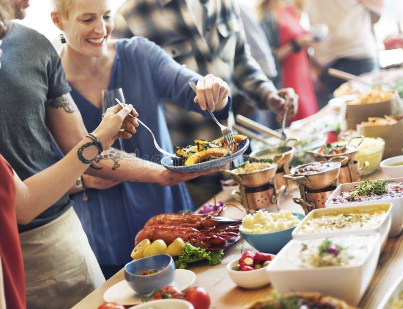 Τομέας εστιάσεως μπουφέδων τροφίμων που δειπνεί τρώγοντας το κόμμα που μοιράζεται την έννοια στοκ εικόνες