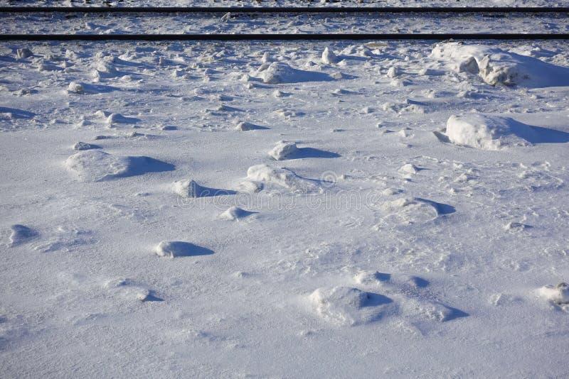 Τομέας που καλύπτεται με τις χιονιές τοπίο άψυχο Χειμερινός τομέας μια ηλιόλουστη ημέρα Δύο παράλληλες διαδρομές σιδηροδρόμων μπλ στοκ φωτογραφία με δικαίωμα ελεύθερης χρήσης