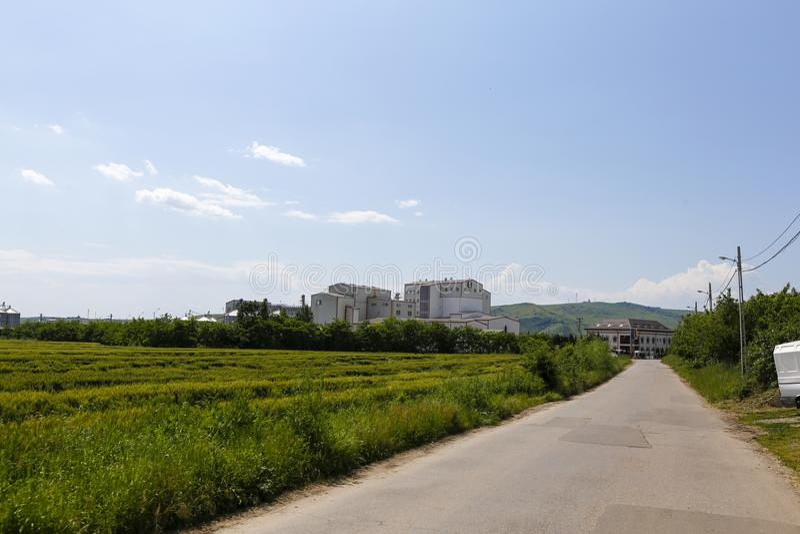 Τομέας σιταριού και το εργοστάσιο κοντά σε Urlati στοκ φωτογραφία με δικαίωμα ελεύθερης χρήσης
