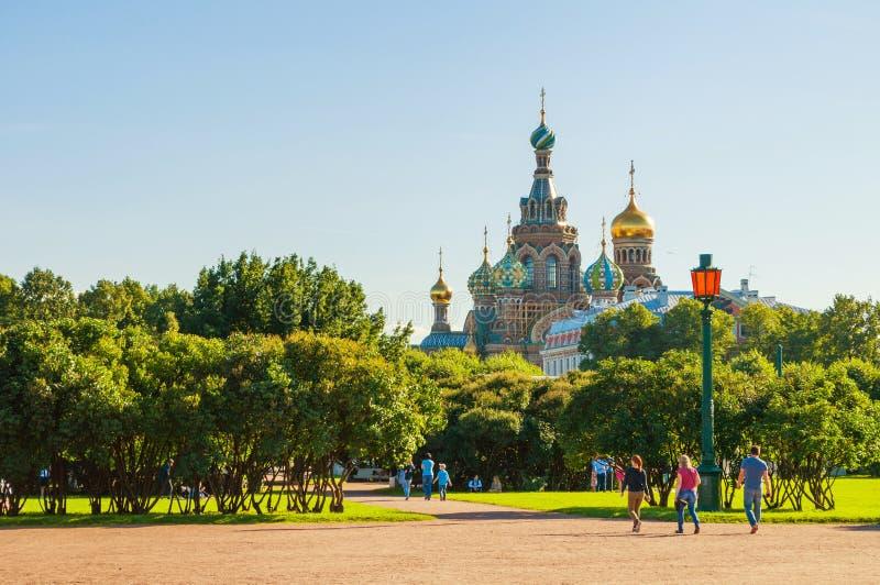 Τομέας του Άρης-πάρκου στο κέντρο Αγίου Πετρούπολη και καθεδρικός ναός του Savior μας στο αίμα σε Άγιο Πετρούπολη, Ρωσία στοκ εικόνα