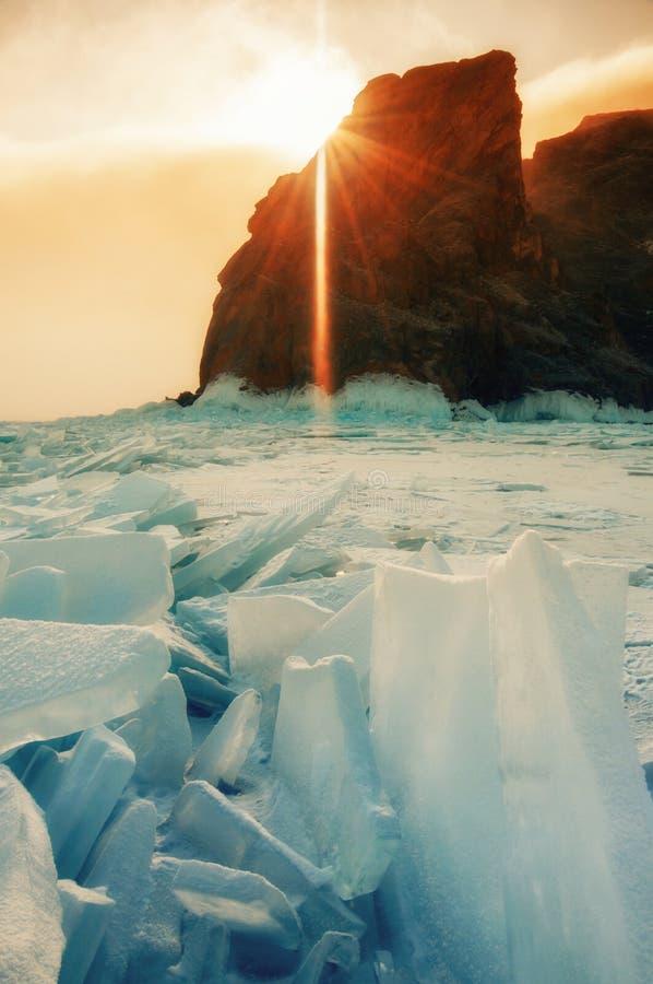 Τομέας του μπλε πάγου και των βράχων με τον ήλιο στοκ εικόνα