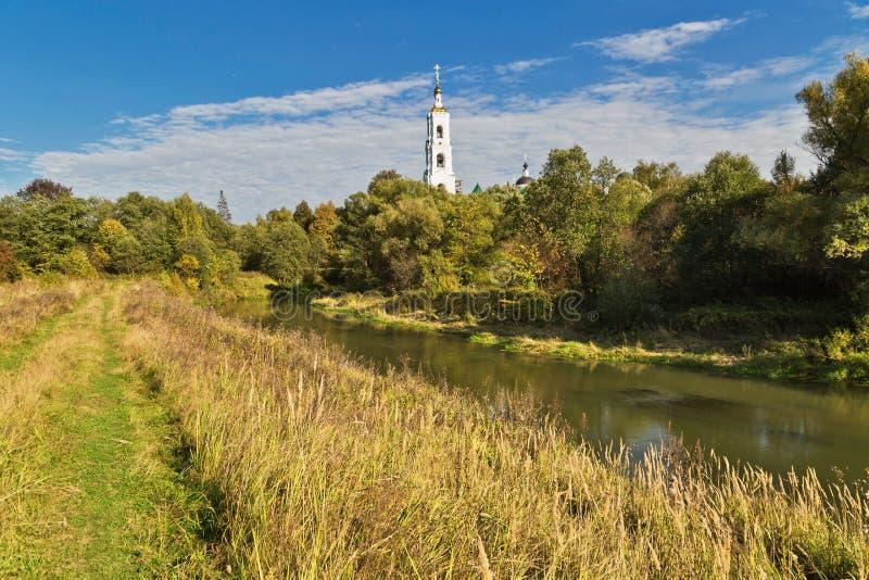 Τομέας το φθινόπωρο με την εκκλησία χωρών στοκ φωτογραφίες