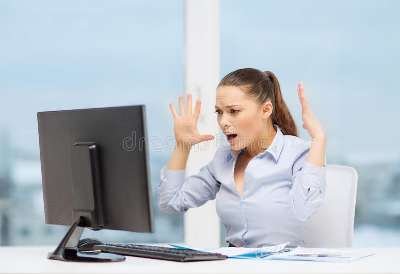 Τονισμένη γυναίκα με τον υπολογιστή στοκ φωτογραφία