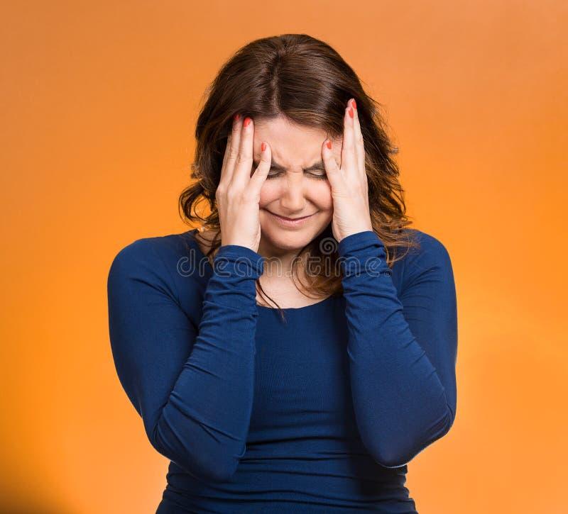 Τονισμένη γυναίκα που έχει τόσες πολλές σκέψεις στοκ εικόνα με δικαίωμα ελεύθερης χρήσης