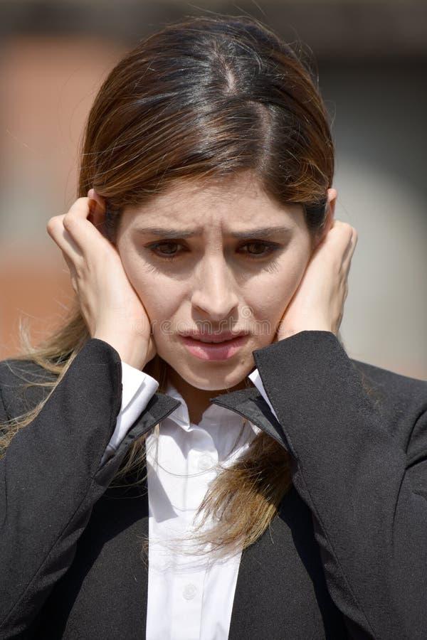 Τονισμένη ενήλικη κολομβιανή επιχειρησιακή γυναίκα που φορά το κοστούμι στοκ φωτογραφία