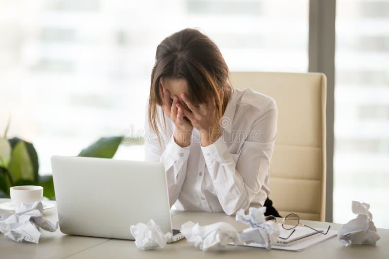 Τονισμένη κουρασμένη επιχειρηματίας που έχει το φραγμό συγγραφέων ή την έλλειψη του IDE στοκ εικόνα