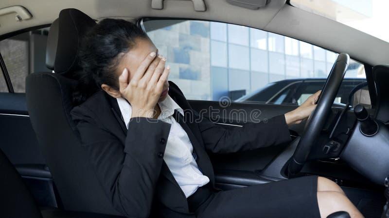Τονισμένη συνεδρίαση επιχειρησιακών γυναικών στο αυτοκίνητο, που πάσχει από τον πονοκέφαλο, προβλήματα στοκ φωτογραφίες