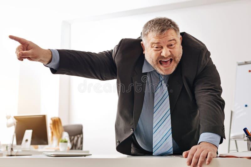 Τονισμένος έξω υπάλληλος που φωνάζει στο συντροφικό εργαζόμενο γραφείων του στοκ εικόνες