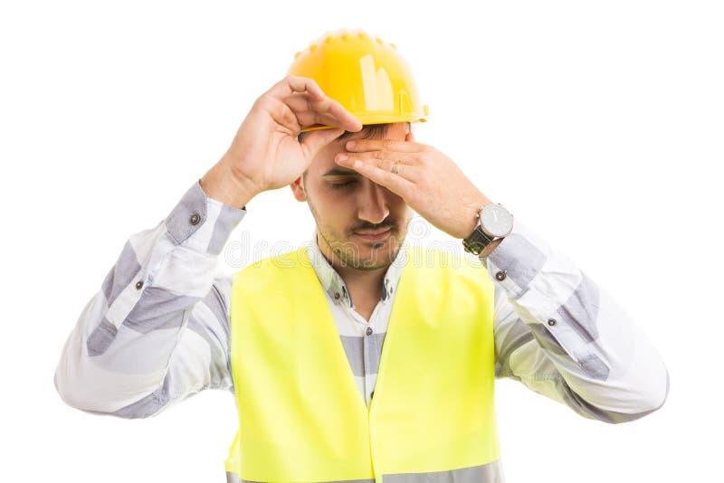 Τονισμένος αρχιτέκτονας ή μηχανικός σχετικά με το μέτωπο στοκ εικόνες