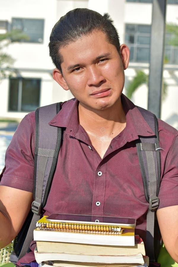 Τονισμένος νεανικός διαφορετικός άνδρας σπουδαστής με τα σημειωματάρια στοκ εικόνα