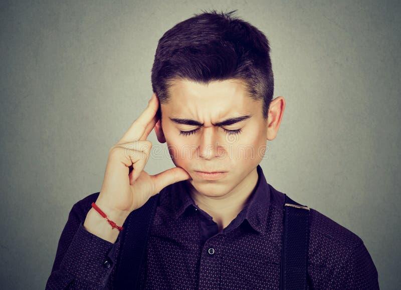 Τονισμένος νεαρός άνδρας εφήβων που φαίνεται πιεσμένος στοκ φωτογραφίες με δικαίωμα ελεύθερης χρήσης