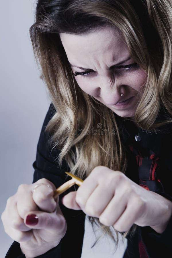 Τονισμένο και ματαιωμένη επιχειρησιακών γυναικών σπάζοντας μολύβι α της Angers, στοκ φωτογραφίες