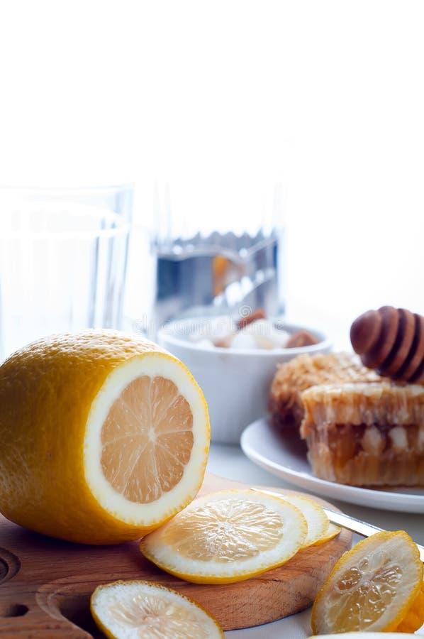 Τονωτικό μελιού, λεμονιών και πιπεροριζών στοκ εικόνα
