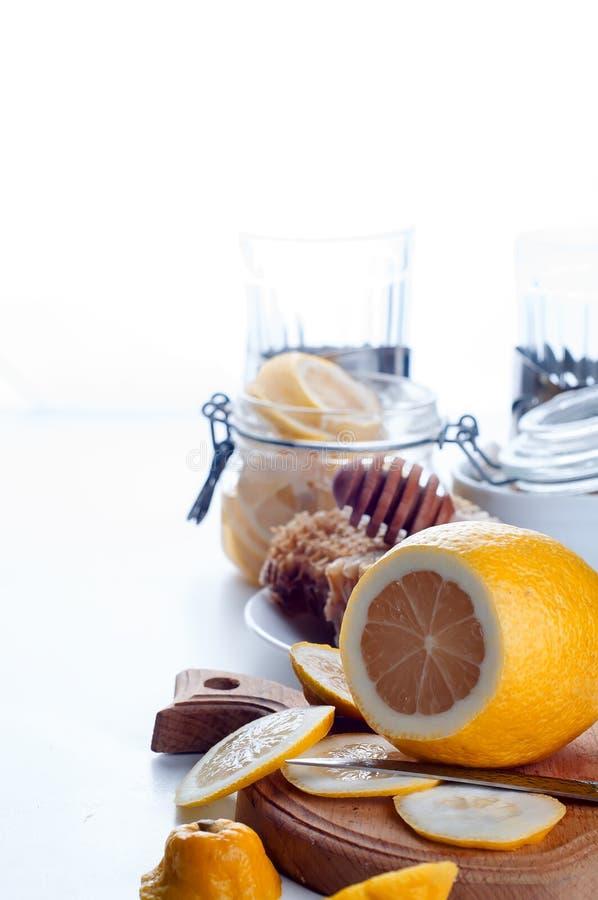 Τονωτικό μελιού, λεμονιών και πιπεροριζών στοκ φωτογραφία με δικαίωμα ελεύθερης χρήσης