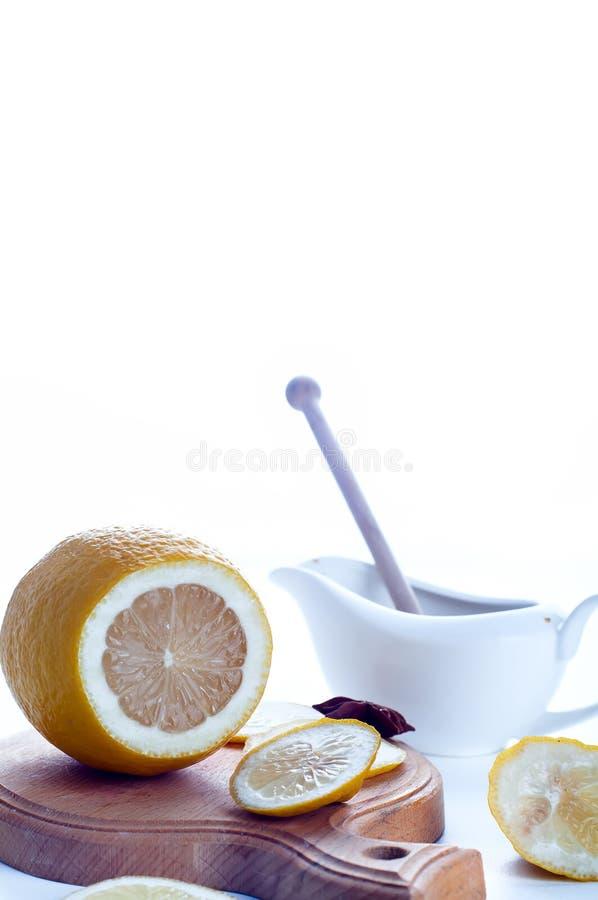 Τονωτικό μελιού, λεμονιών και πιπεροριζών στοκ φωτογραφίες