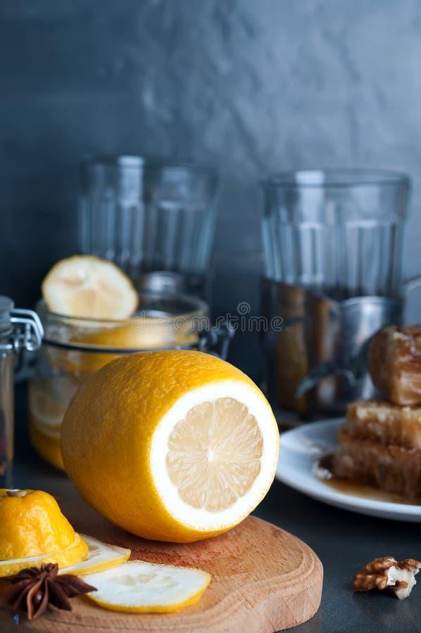 Τονωτικό μελιού, λεμονιών και πιπεροριζών στοκ φωτογραφία