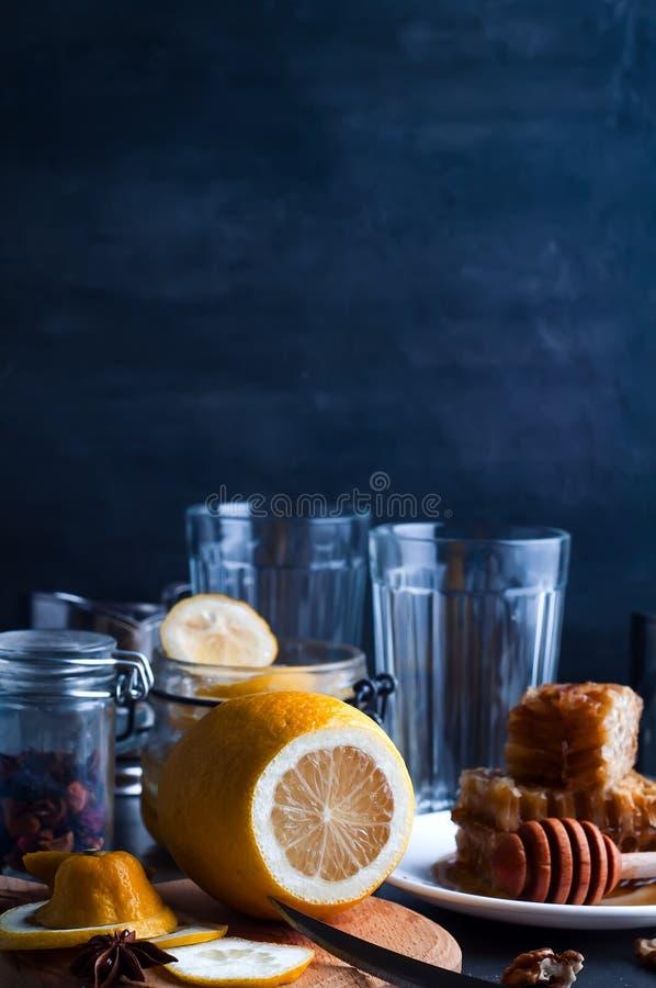 Τονωτικό μελιού, λεμονιών και πιπεροριζών στοκ εικόνες με δικαίωμα ελεύθερης χρήσης