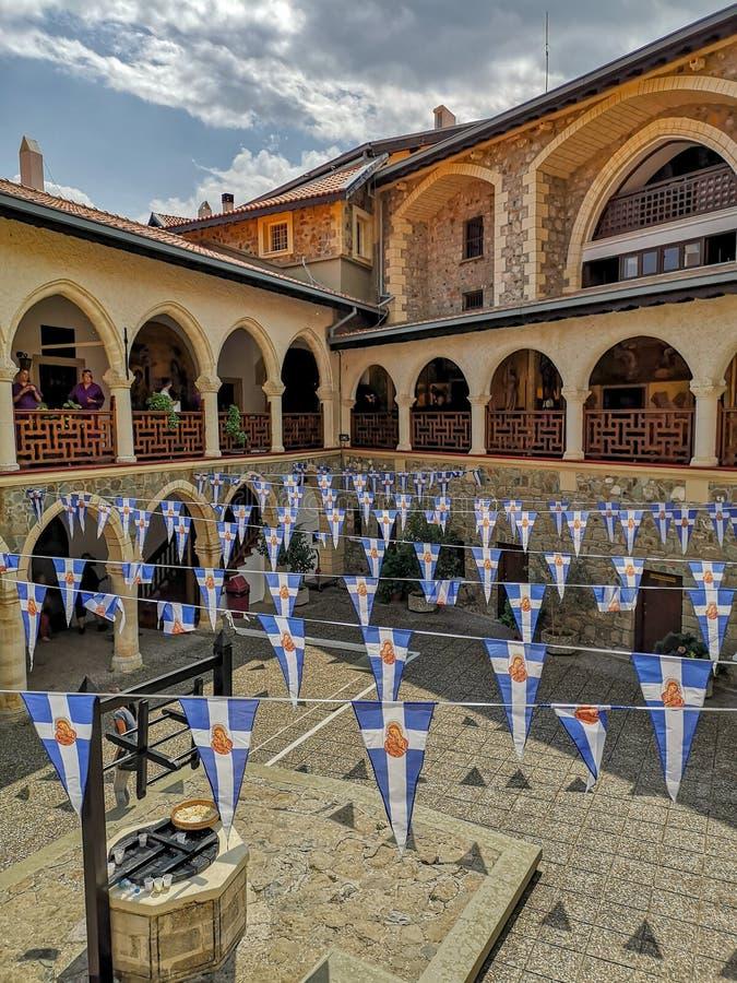 Τον Αύγουστο του 2018 - Κύπρος: Κύριο προαύλιο του ενεργού ελληνικού ορθόδοξου μοναστηριού Kykkos στα βουνά Troodos στοκ εικόνα με δικαίωμα ελεύθερης χρήσης