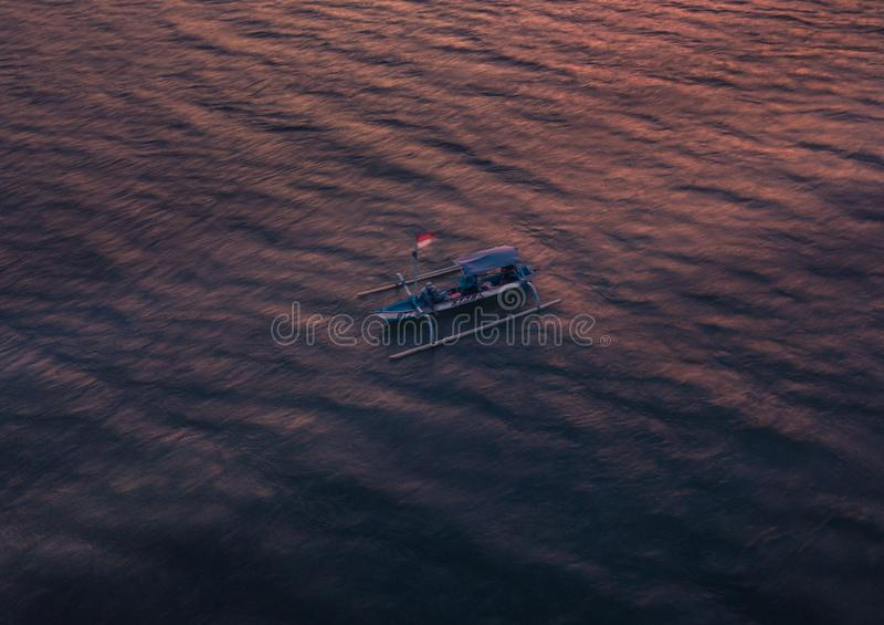τον Ιανουάριο του 2018 του ΜΠΑΛΙ - της ΙΝΔΟΝΗΣΙΑΣ - ψαράς στη μικρή βάρκα στοκ φωτογραφίες